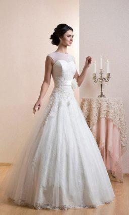 Закрытое свадебное платье «принцесса» с элегантным декором корсета и широким поясом.