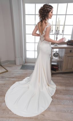 Атласное свадебное платье с чувственными вырезами по бокам и великолепным длинным шлейфом.