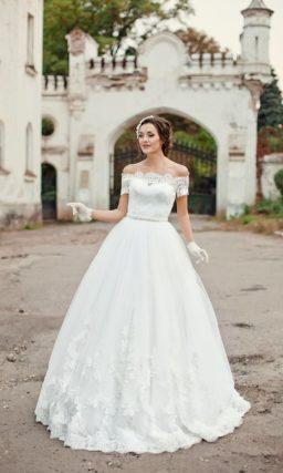 Классическое свадебное платье с кружевной отделкой юбки и расшитым бисером поясом.