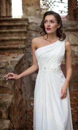 Ампирное свадебное платье с драпировками в качестве декора и асимметричным лифом.