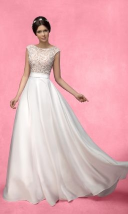 Атласное свадебное платье цвета слоновой кости с закрытым лифом, покрытым кружевом.