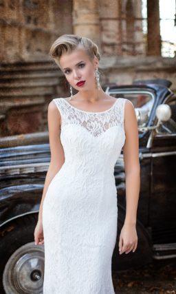 Прямое свадебное платье с потрясающей открытой спинкой и кружевным декором по всей длине.