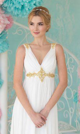 Ампирное свадебное платье с золотистой вышивкой на лифе и V-образным декольте.
