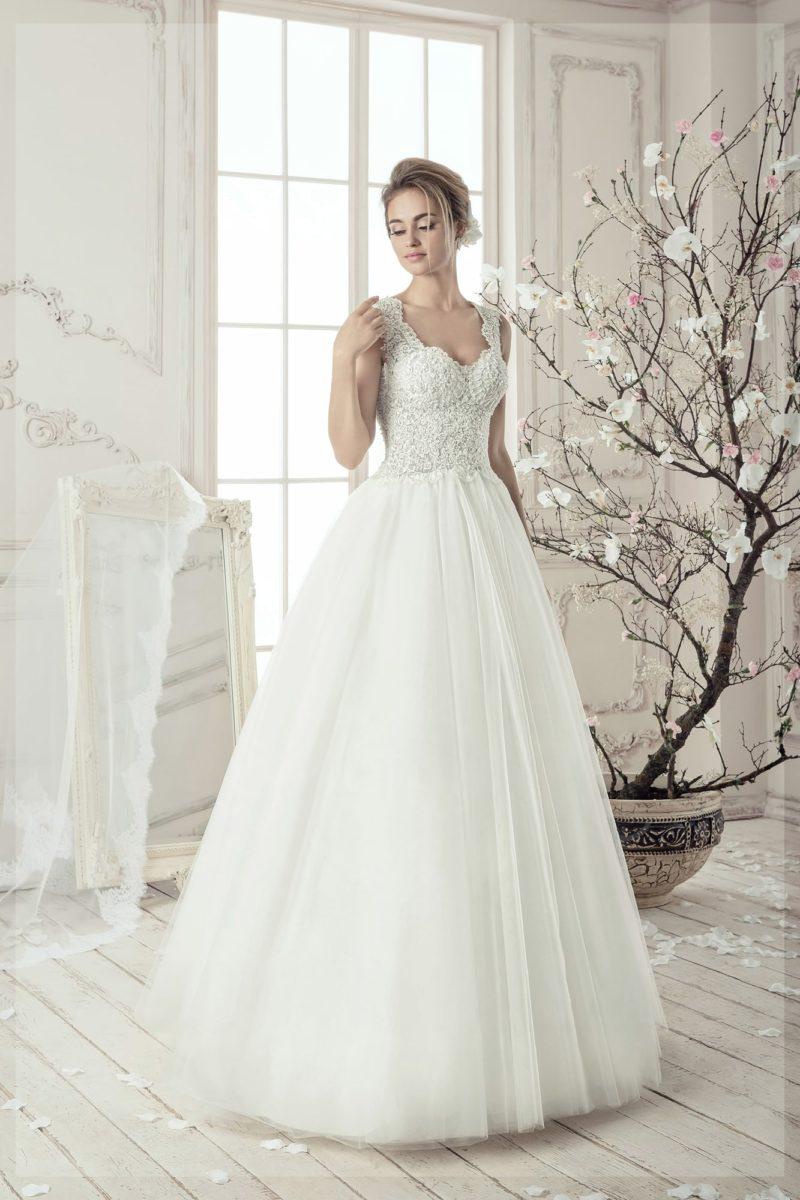 Свадебное платье «трапеция» с фактурным корсетом и широкими кружевными бретелями.