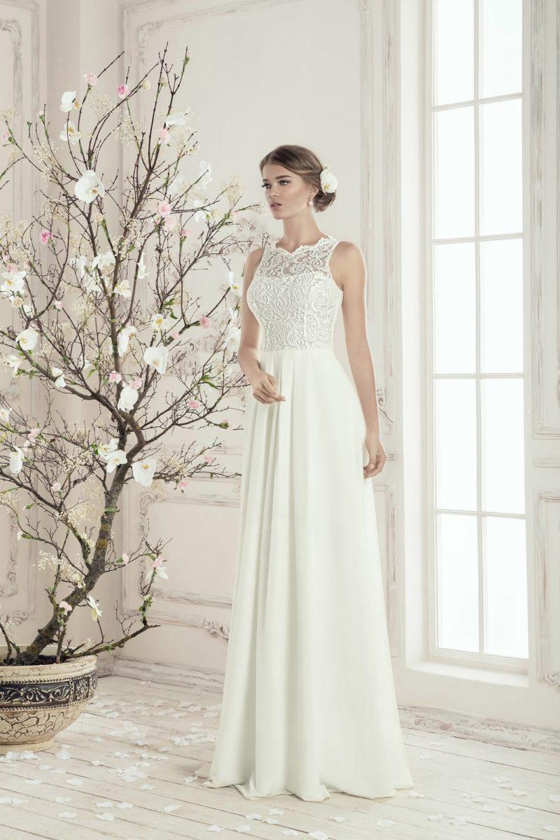 Элегантное свадебное платье прямого кроя с кружевной отделкой и фигурным вырезом.