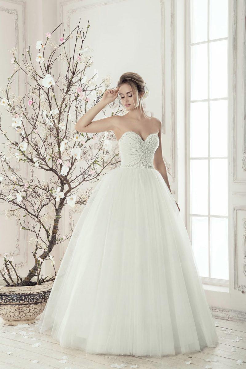 Воздушное свадебное платье с соблазнительным корсетом с открытым лифом и вышивкой.