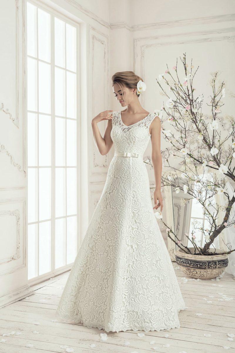 Свадебное платье А-силуэта с элегантным V-образным вырезом и кружевом по всей длине.