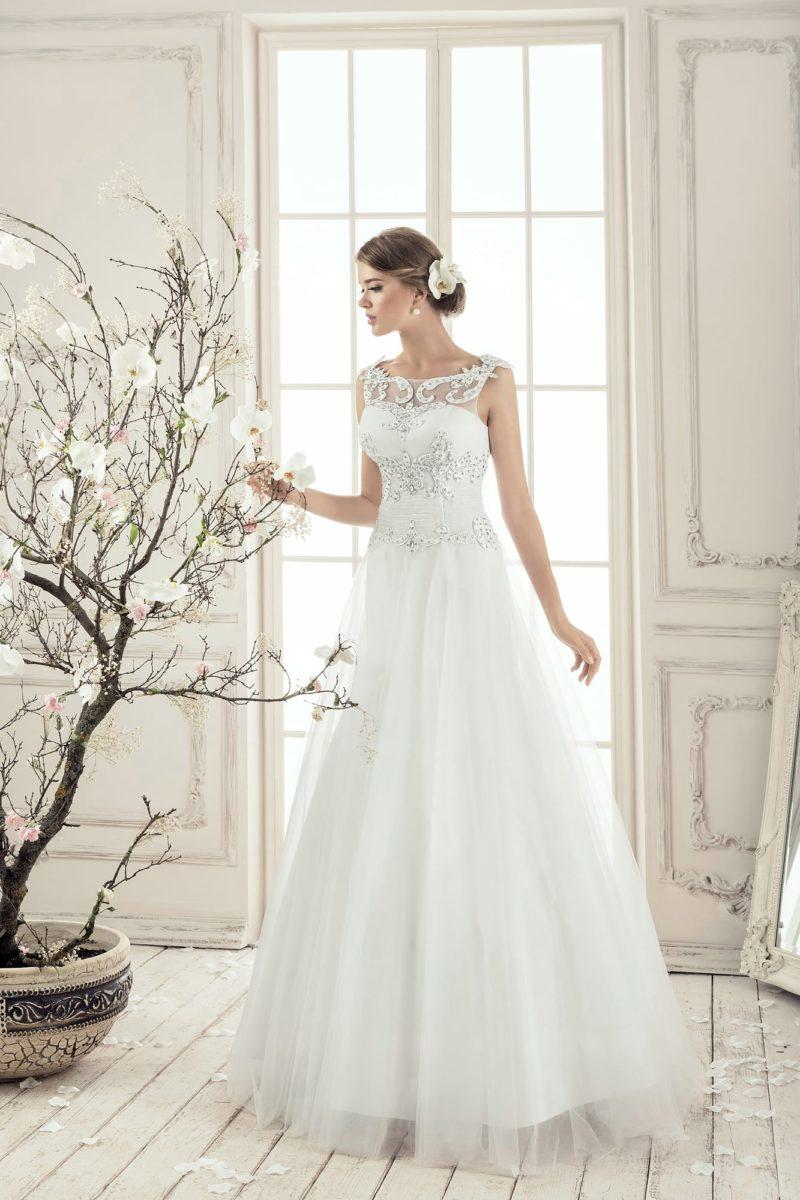 Изящное свадебное платье с закрытым верхом, украшенным вышивкой, и объемной юбкой.
