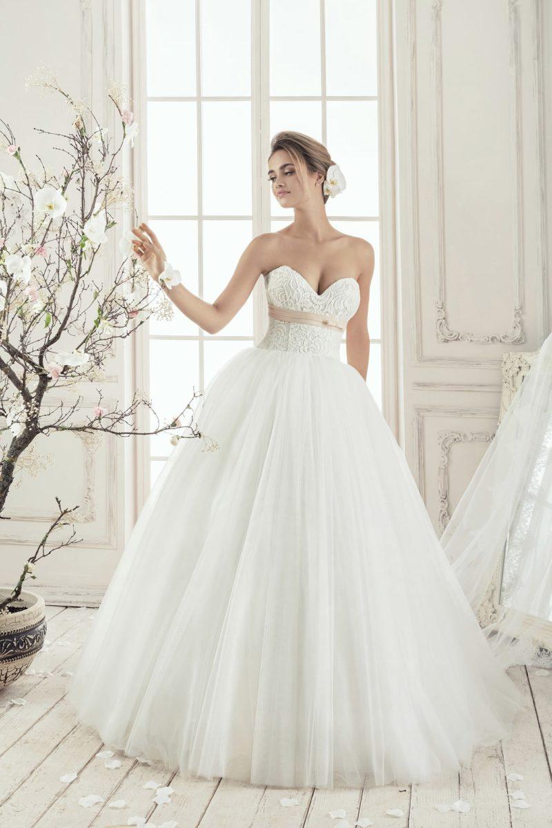 Открытое свадебное платье с фактурным корсетом, украшенным кремовым поясом под лифом.
