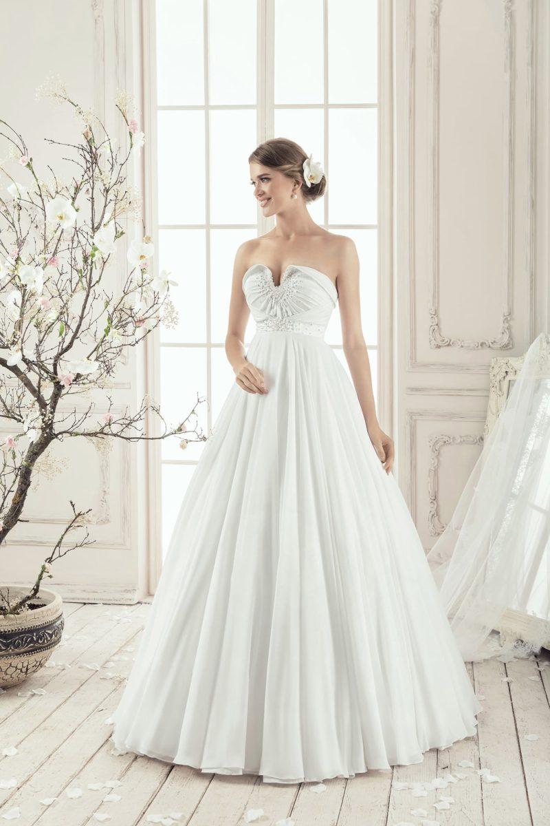 Свадебное платье «принцесса» с оригинальным лифом с отворотами и драпировками.