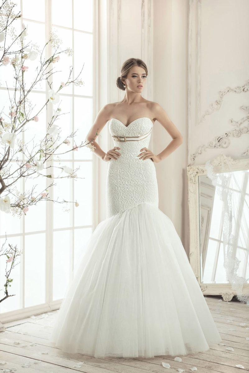 Фактурное свадебное платье с многослойной юбкой «русалка», чувственным лифом и поясом под ним.