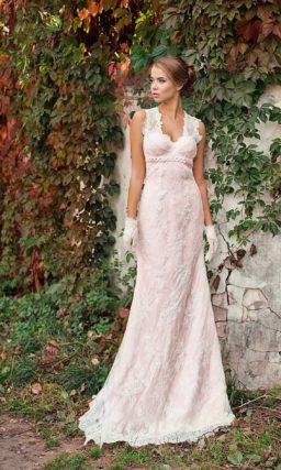 Розовое свадебное платье в ампирном стиле, с V-образным кружевным вырезом.