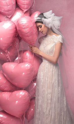 Кружевное свадебное платье с портретным декольте с коротким рукавом и юбкой с бежевой подкладкой.