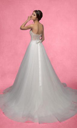 Открытое свадебное платье с бежевым корсетом и пышной юбкой с длинным шлейфом.