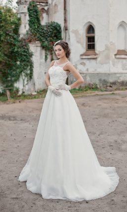 Элегантное свадебное платье с фактурным декором корсета и небольшим вырезом на спинке.