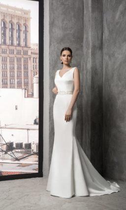 Деликатное свадебное платье с V-образным вырезом и изящным вышитым поясом на талии.