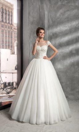 Торжественное свадебное платье с полупрозрачной вставкой над лифом и вышивкой по корсету.