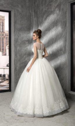 Пышное свадебное платье с верхом, оформленным полупрозрачной тканью и кружевом.