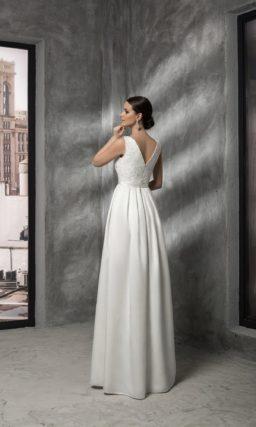 Прямое свадебное платье с вырезом бато, кружевным верхом и открытой спинкой.