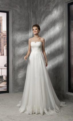 Открытое свадебное платье с кружевным корсетом, подчеркивающим кроем область декольте.