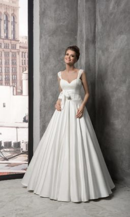 Атласное свадебное платье с широкими бретелями и изящным поясом, завязанным бантом.