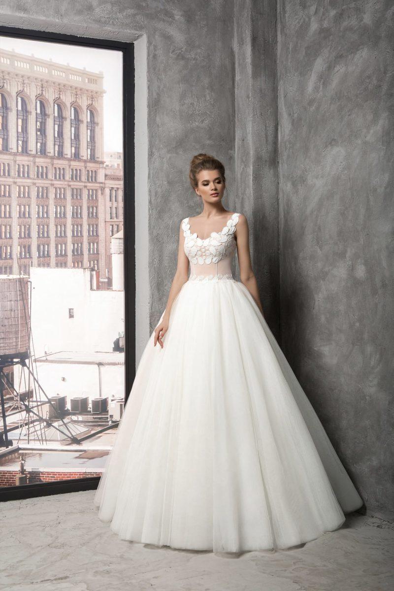 Воздушное свадебное платье с корсетом персикового цвета, покрытым белыми аппликациями.