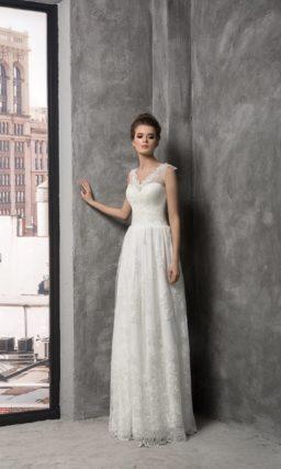 Свадебное платье «колонна» с V-образным вырезом лифа, обрамленным кружевной тканью.