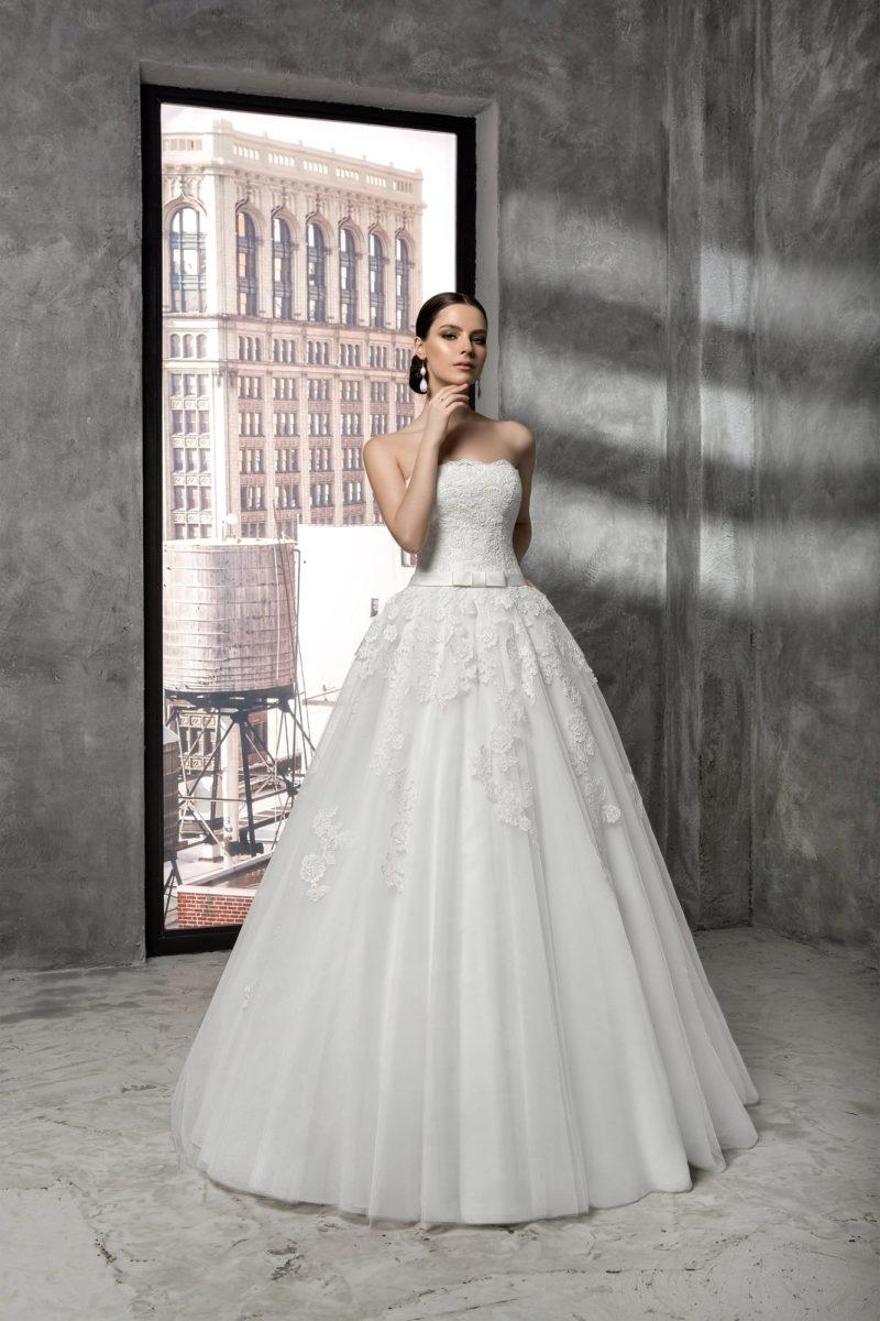 Романтичное свадебное платье классического кроя, с открытым корсетом, покрытым кружевом.