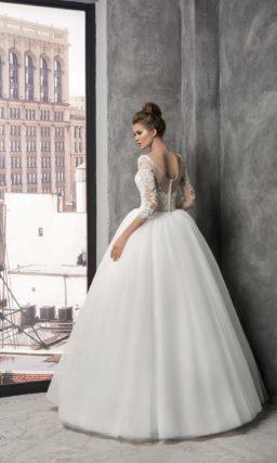 Роскошное свадебное платье с кружевным декором, V-образным вырезом и длинным рукавом.