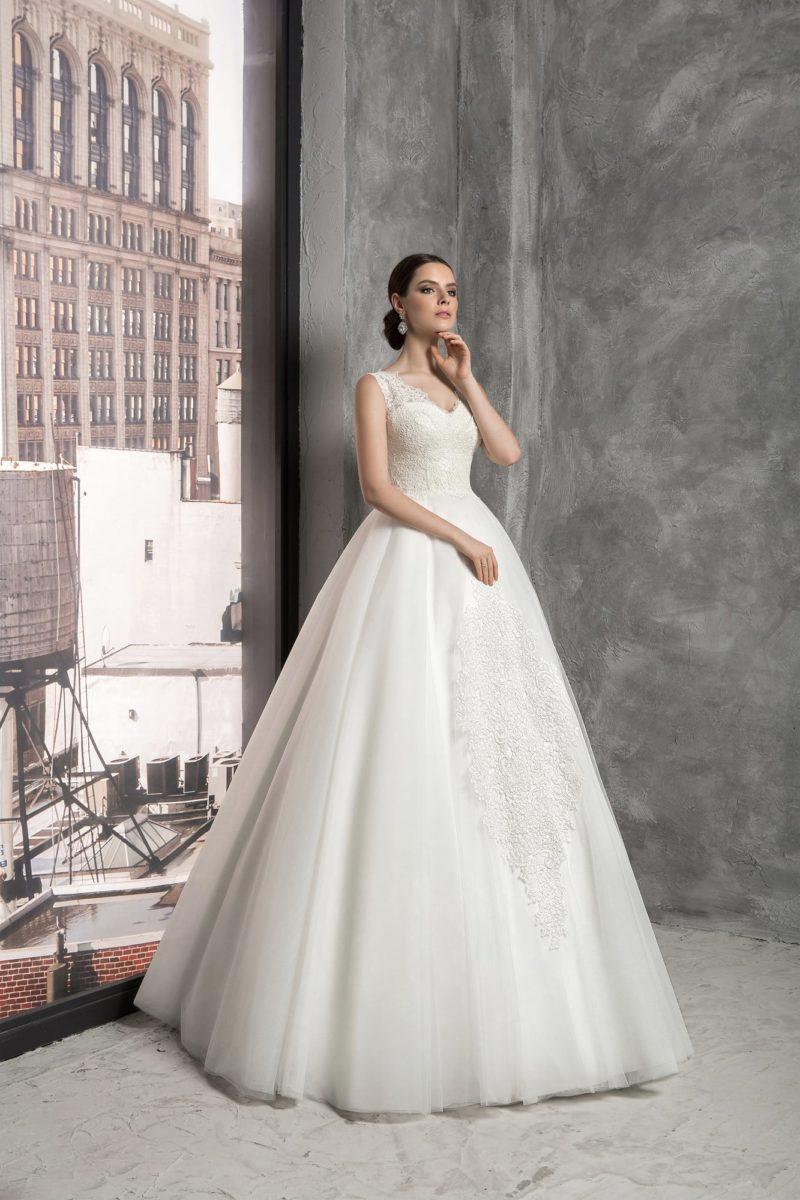Свадебное платье «трапеция» с V-образным вырезом, оформленным кружевными бретелями.
