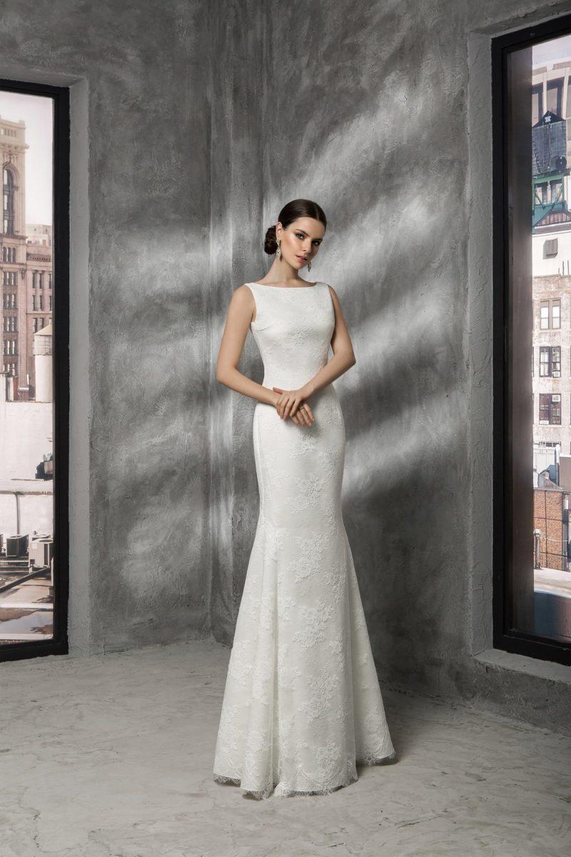 Закрытое свадебное платье с вырезом лодочкой, широкими бретелями и кружевным декором.
