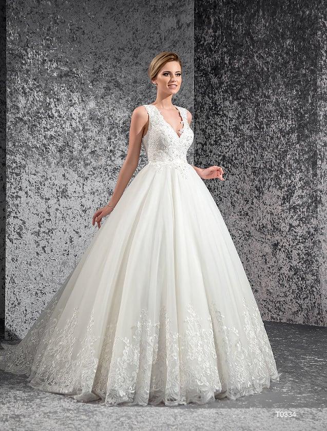 Свадебное платье «принцесса» с кружевными аппликациями по низу юбки и V-образным вырезом.