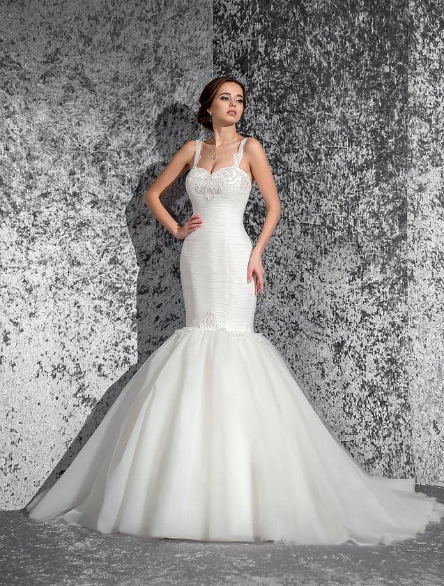 Облегающее свадебное платье с кокетливой юбкой «русалка» и узкими бретельками.