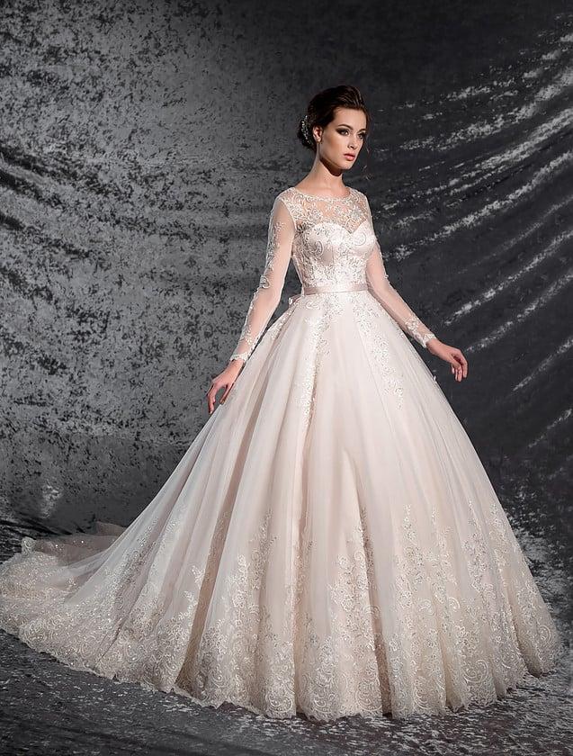 Кружевное свадебное платье оттенка слоновой кости, с узким атласным поясом и тонкими рукавами.