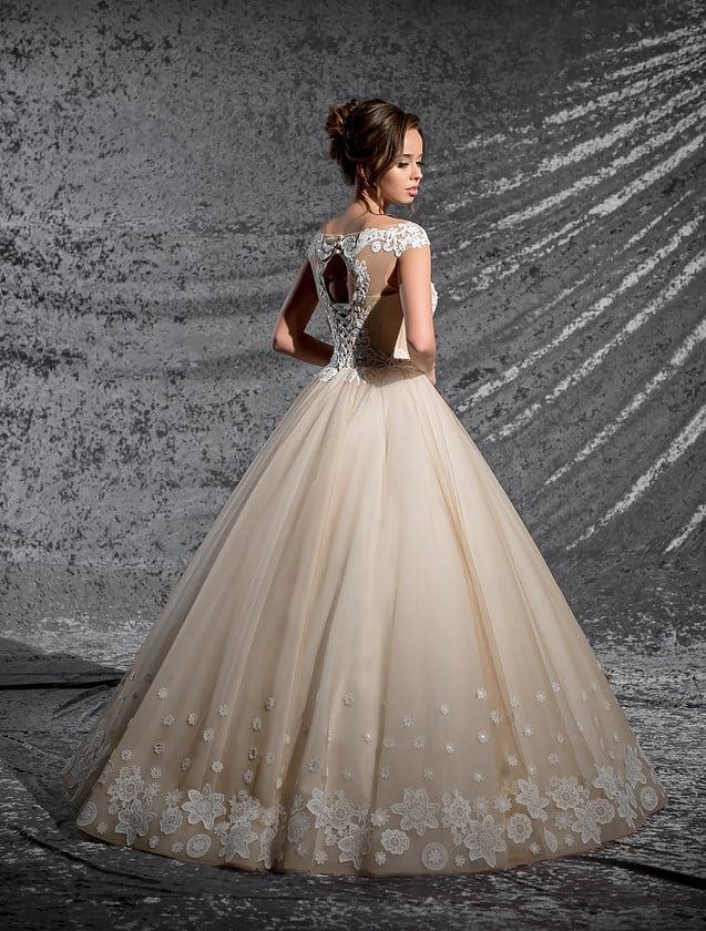 Бежевое свадебное платье пышного кроя с чувственным V-образным вырезом кружевного лифа.