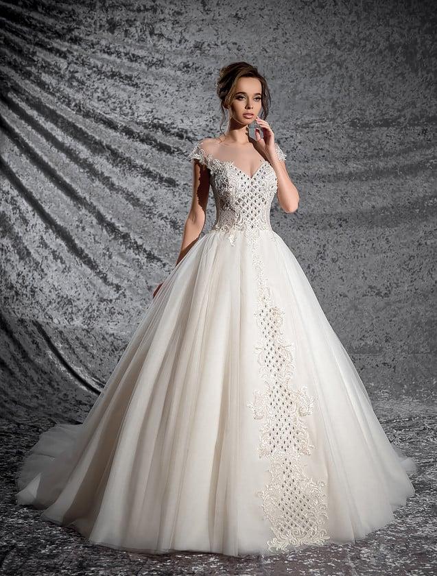 Шикарное свадебное платье с короткими пышными рукавами и фактурной вышивкой по корсету.