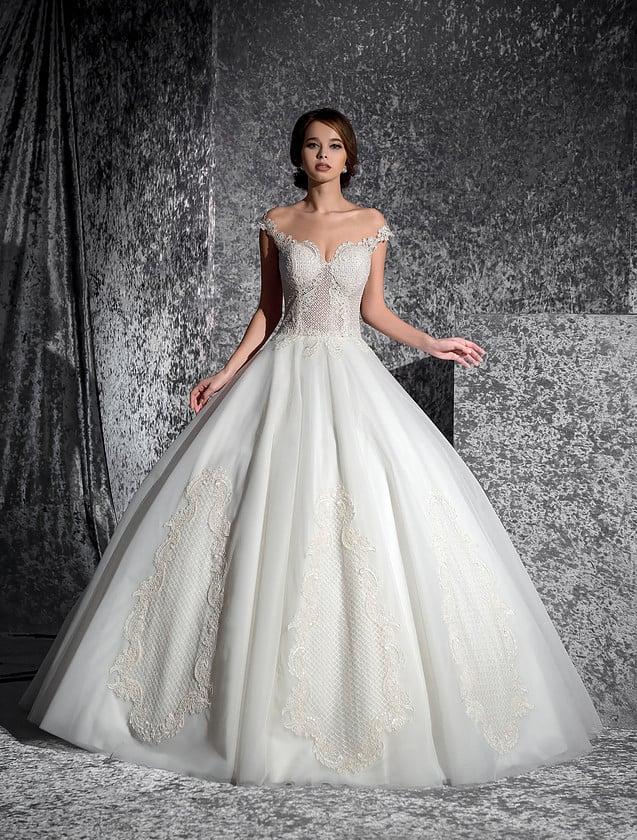 Свадебное платье «принцесса» цвета топленого молока с роскошными спущенными бретелями.