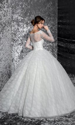 Свадебное платье с фигурным портретным вырезом, оформленным кружевом, и пышным низом.
