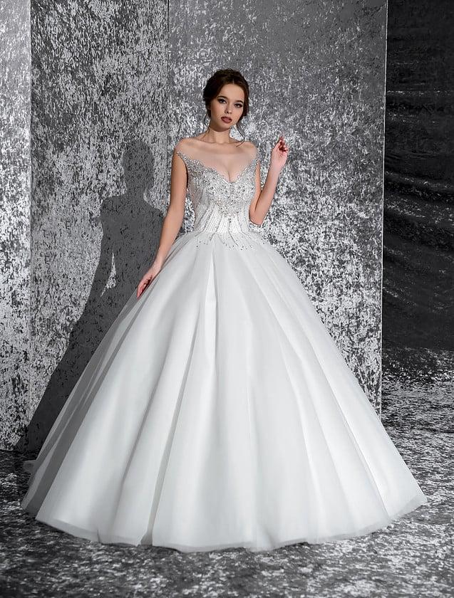 Соблазнительное свадебное платье с многослойной юбкой и бисерной отделкой лифа.