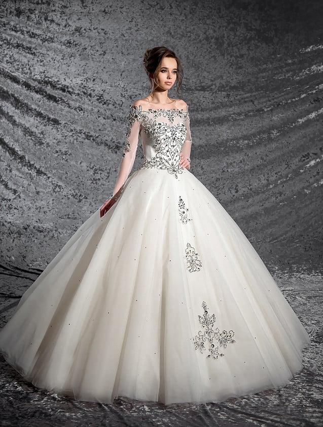Закрытое свадебное платье с длинным рукавом и роскошной сияющей вышивкой по корсету и юбке.