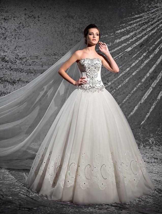Свадебное платье с кружевными аппликациями по низу подола и открытым сияющим корсетом.