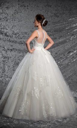 Кружевное свадебное платье с открытым корсетом с лифом в форме сердца и многослойной юбкой.