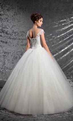 Женственное свадебное платье пышного кроя с кружевным декором классического корсета.