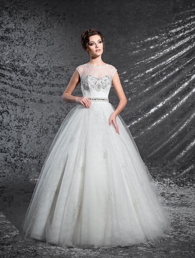 Роскошное свадебное платье с закрытым верхом и поясом, украшенным вышивкой из стразов.