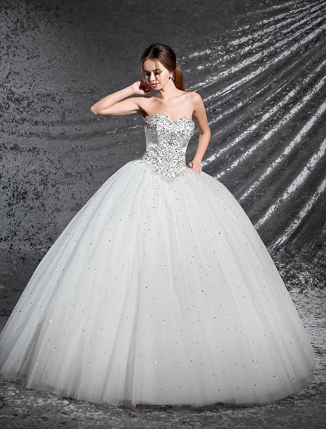 Великолепное свадебное платье с открытым корсетом и вышивкой стразами по верху и юбке.