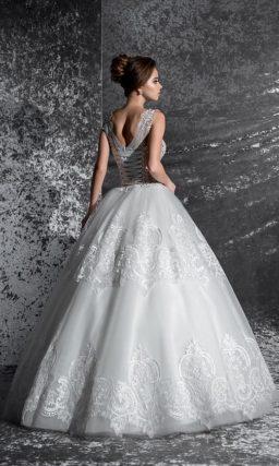 Кружевное свадебное платье кроя «принцесса» с закрытым полупрозрачным верхом.