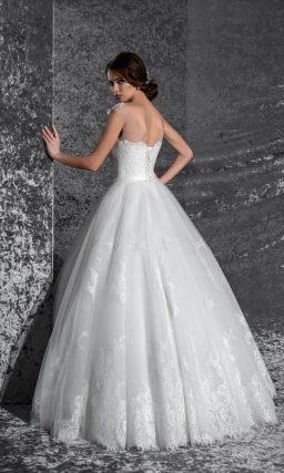 Потрясающее свадебное платье с закрытым лифом, декорированное белоснежным кружевом.