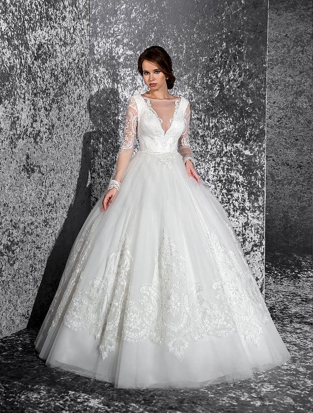 Пышное свадебное платье с глубоким декольте, покрытым полупрозрачной тканью.