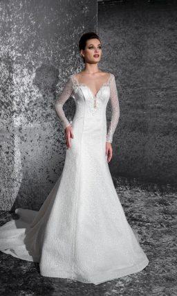 Свадебное платье с драматичным глубоким декольте и полупрозрачными рукавами.