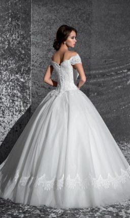 Чувственное свадебное платье с кружевной отделкой юбки и притягательным вырезом декольте.